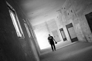 Roman Shamov singt im zweiten Obergeschoss des ehem. Wehrmachtsgefängnisses in Anklam